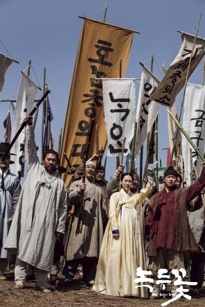 전붕준(최무성 분, 왼쪽)과 함께 혁명운동에 참여한 백이강(조정석 분).