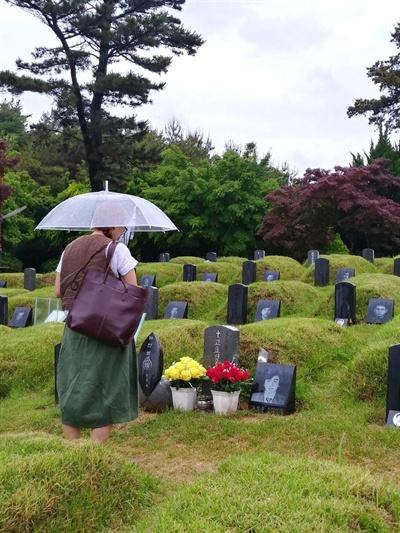 망월동 구묘역에서 만난 금발의 외국인 그는 신묘역으로 옮겨지지 않고 그대로 남은 열사들의 묘마다 국화꽃 한 송이를 바치며 묵념하는 모습이었다.