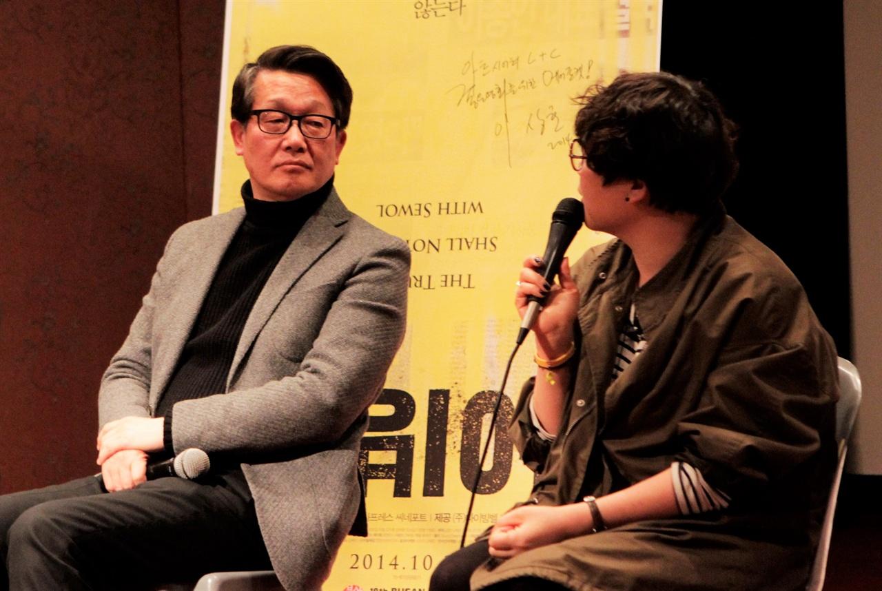 2016년 부산의 한 행사에 다이빙벨 상영 금지 압박에 대해 설명하고 있는 생전의 김지석 부집행위원장