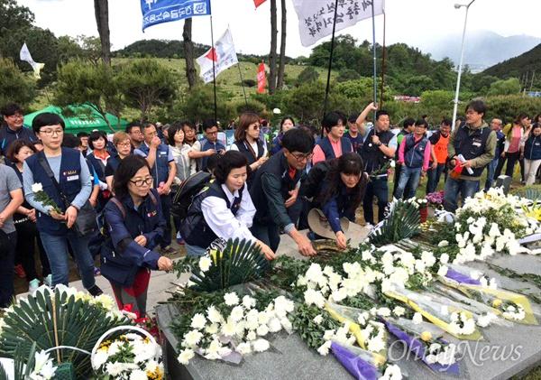 민주노총 경남본부 조합원들이 18일 광주 민족민주열사묘역을 합동 참배했다.