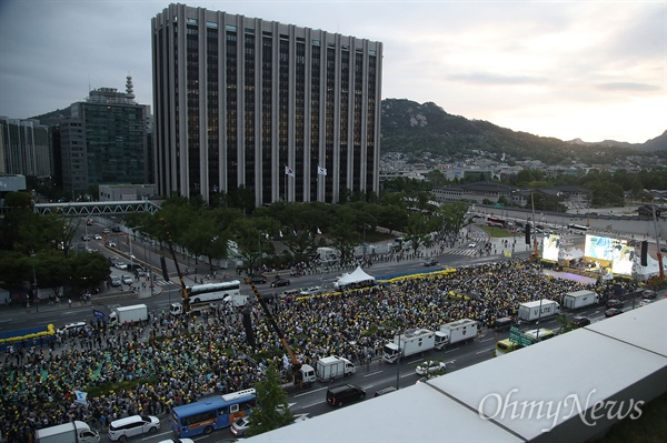 18일 오후 서울 종로구 광화문광장에서 열린 '노무현 대통령 서거 10주기 시민문화제'에 수많은 시민들이 모여 노 전 대통령을 추모하고 있다.