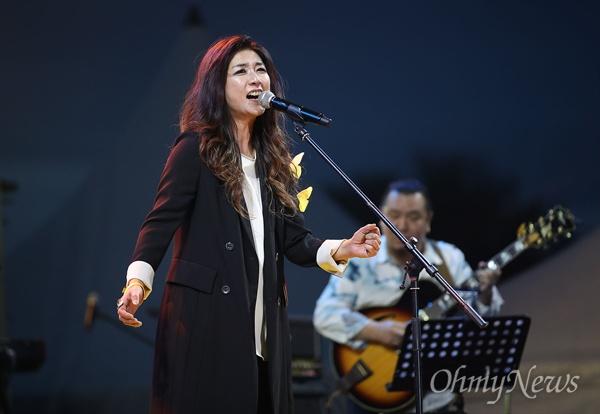 18일 오후 서울 종로구 광화문광장에서 열린 '노무현 대통령 서거 10주기 시민문화제'에서 말로밴드가 노래 'SUNNY'를 열창하고 있다.