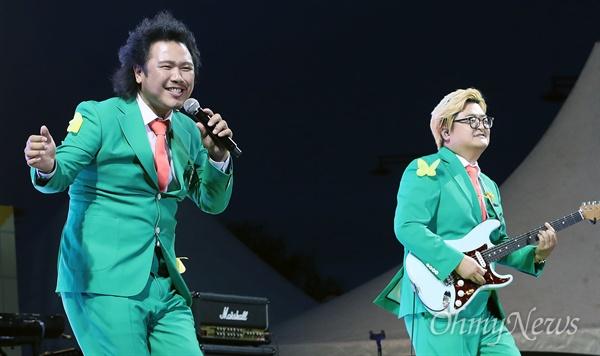 18일 오후 서울 종로구 광화문광장에서 열린 '노무현 대통령 서거 10주기 시민문화제'에서 육중완밴드가 노래 '차차'를 열창하고 있다.