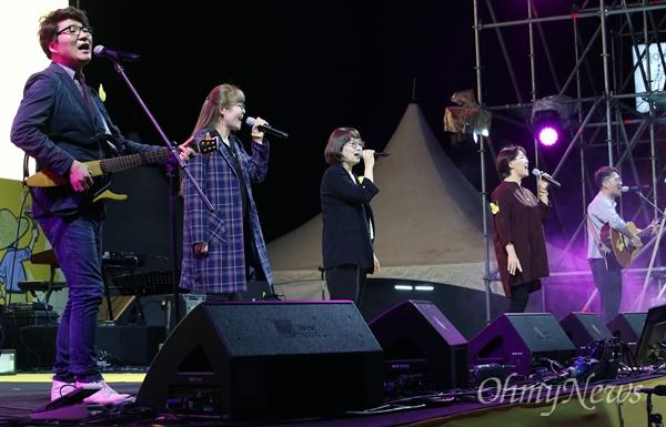 18일 오후 서울 종로구 광화문광장에서 열린 '노무현 대통령 서거 10주기 시민문화제'에서 노래패 우리나라가 노래 '다시 광화문에서'를 열창하고 있다.