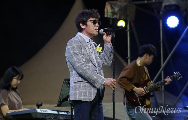 18일 오후 서울 종로구 광화문광장에서 열린 '노무현 대통령 서거 10주기 시민문화제'에서 가수 조관우가 노래 꽃밭에서'를 열창하고 있다.
