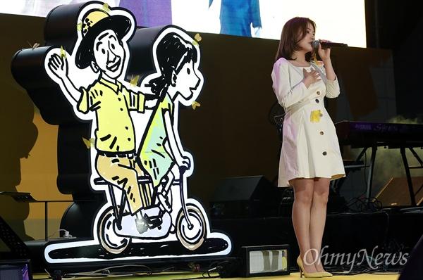 18일 오후 서울 종로구 광화문광장에서 열린 '노무현 대통령 서거 10주기 시민문화제'에서 가수 알리가 노래 '그런 사람 또 없습니다'를 열창하고 있다.