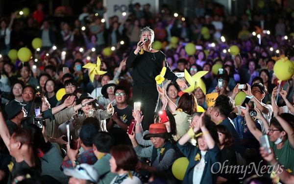 18일 오후 서울 종로구 광화문광장에서 열린 '노무현 대통령 서거 10주기 시민문화제'에서 가수 이은미가 노래 '인간적인 너무나 인간적인'을 열창하고 있다.
