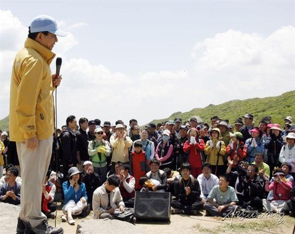 2007년 5월 19일, 무등산 장불재에 올라 산상 연설을 하고 있는 노무현 대통령.