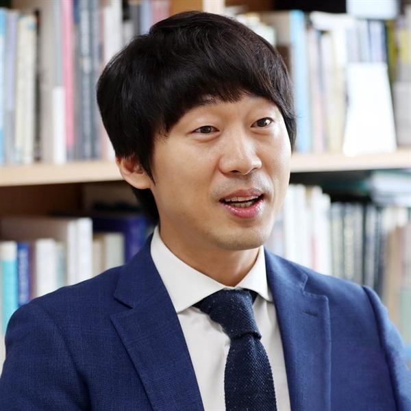 구정우 성균관대 교수. 지난 3일 <인권도 차별이 되나요?>를 출간했다.