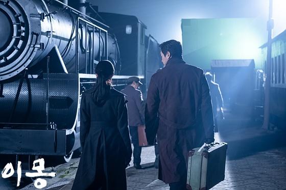 폭탄 기술자를 찾아 북만주로 떠나는 김원봉(유지태 분, 오른쪽).