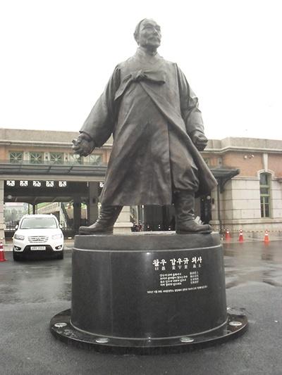 서울역의 강우규 동상