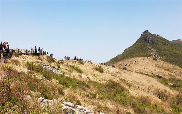 인왕봉 정상을 향햔 탐방객 행렬이 길게 늘어서 있다. 오른쪽에 보이는 봉우리가 인왕봉이다.