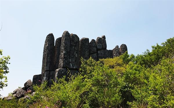 입석대 장불재에서 400m 쯤 오르면 해발 1017m 지점에 있는 돌기둥들이다. 이 바위 기둥들은 9천만년 전후 해서 화산 폭발로 생겨난 것이라고 한다.