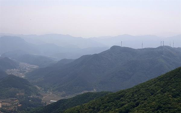 무등산 장불제에서 내려다 본 화순 이서 방향의 모습이다. 높은 산에 세워진 풍차가 멀리 산봉우리 들과 조화를 이룬다.
