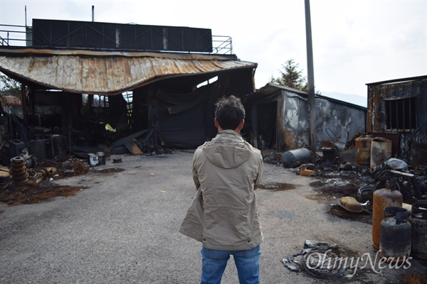 지난 4월 4일 강원 산불로 사망한 고 박석전(71, 여)씨 아들 안용순(47)씨가 15일 그가 일하는 고성의 한 카센터 앞에서 <오마이뉴스>와 만나 인터뷰하고 있다.