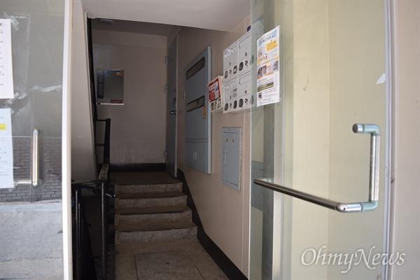 지난 4월 4일 강원 산불 사망자 2명 중 한 명인 고 김영갑(60)씨 부인 김아무개(48)씨를 속초의 한 아파트에서 만났다.