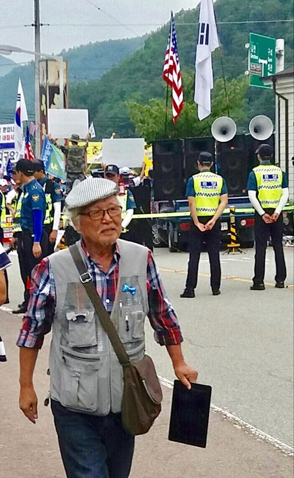 서유진은 현장활동가였다. 그는 스리랑카, 캄보디아, 라오스 등 아시아 각국을 돌며 5.18의 가치와 의미를 알리고 인권운동에 헌신했다.(사진은 한국에 들어왔을 때 사드배치 반대 투쟁 현장을 누비는 모습.)