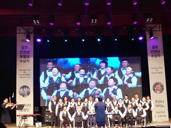 광주오월소나무 합창단은 5. 18 피해자 가족이 모여 만든 합창단이다.