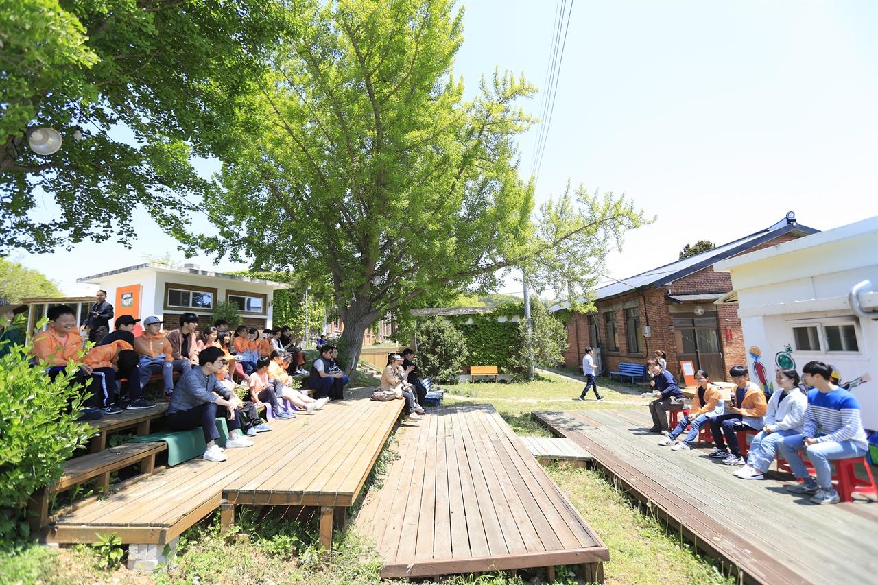 바람언덕 청소년 작가들의 이야기가 펼쳐진 곳. 자연과 어우러진 대화의 공간