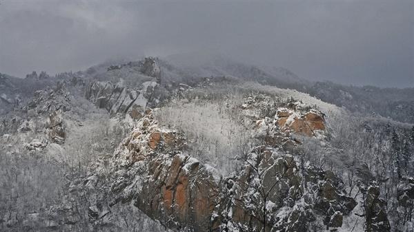 서북주릉 서북주릉(西北紬綾)은 설악산의 서쪽끝에 있는 안산에서 시작되어 대승령, 귀때기청봉을 지나 중청봉으로 이어지는 약 13km에 이르는 구간으로 설악산에서는 능선으로서는 가장 긴 구간이다. (사진제공 정덕수)