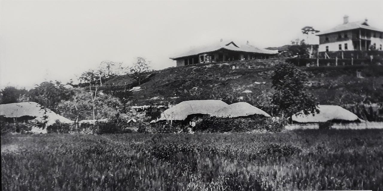 구암산 아랫동네 모습(사진 위는 구암병원과 영명학교)