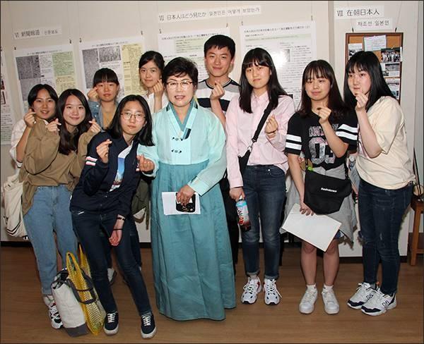 동경한국학교 역사탐방부 학생들 동경한국학교 역사탐방부 소속의 학생들과 필자