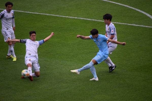 13분, 대구 FC 정치인의 왼발 슛이 인천 유나이티드 골문 왼쪽 기둥에 맞는 순간