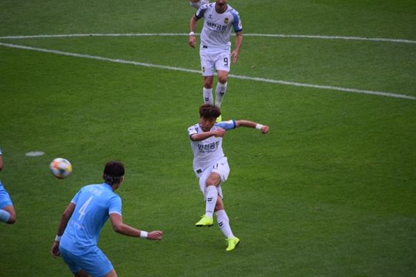 58분, 인천 유나이티드 문창진이 김진야의 크로스를 받아 명품 왼발 발리 골을 성공시키는 순간!