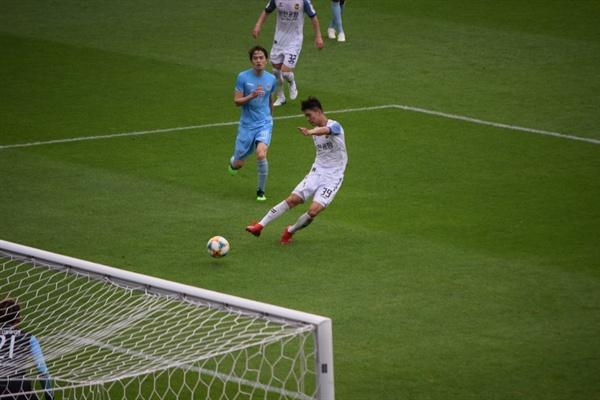 80분, 인천 유나이티드 임은수의 오른발 대각선 슛이 대구 FC 골키퍼 조현우의 슈퍼 세이브에 막히는 순간