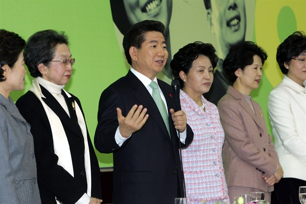 노무현 전 대통령이 2005년 1월 13일 오후 은평구 소재 한국여성개발원에서 열린 2005년도 여성계 신년인사회에 참석, 인사말을 하고 있다.