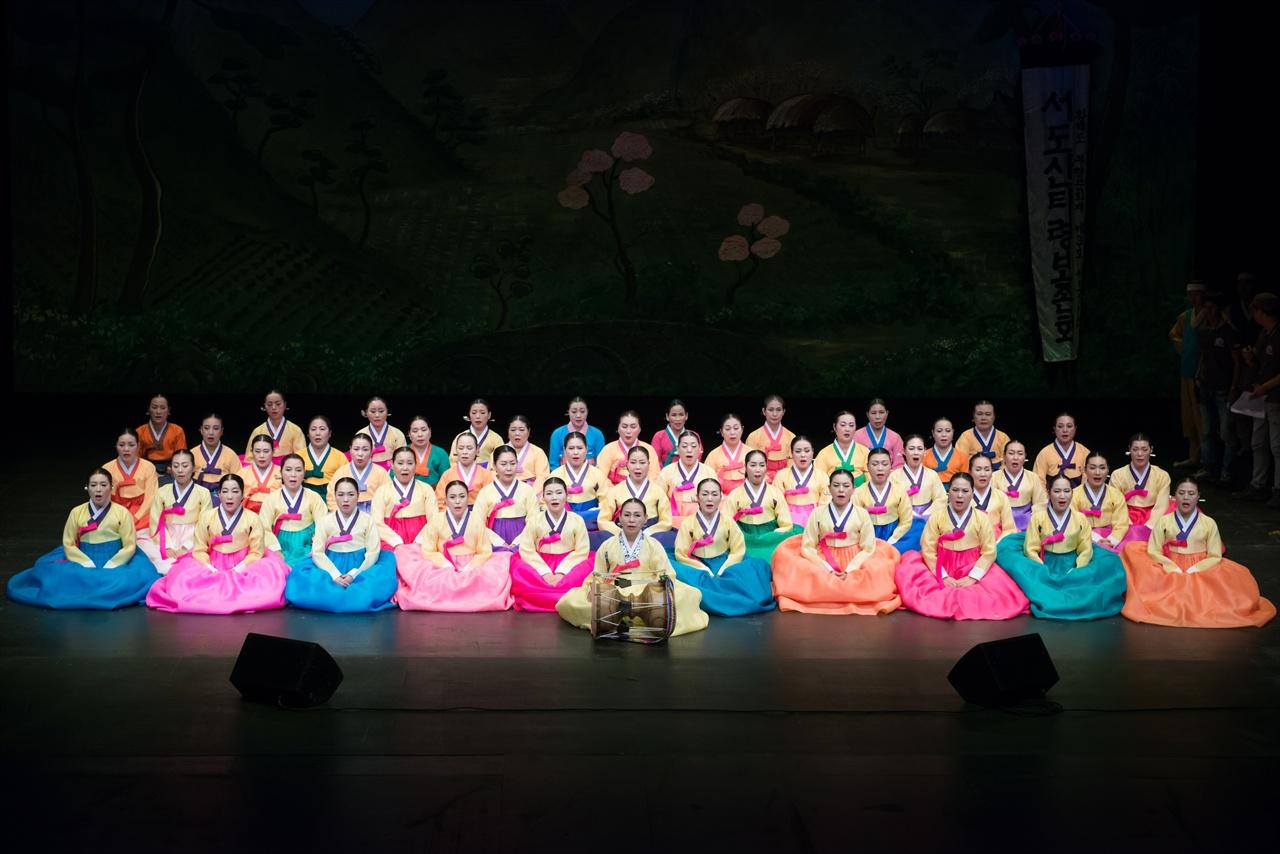 故김정연 선생님 100주기 기념공연 때 제자들과 좌창하는 모습