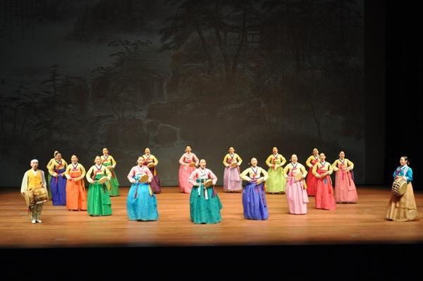 왼쪽 이문주, 오른쪽 한명순, 중앙 박은혜 함께 놀량사거리 부르는 사진