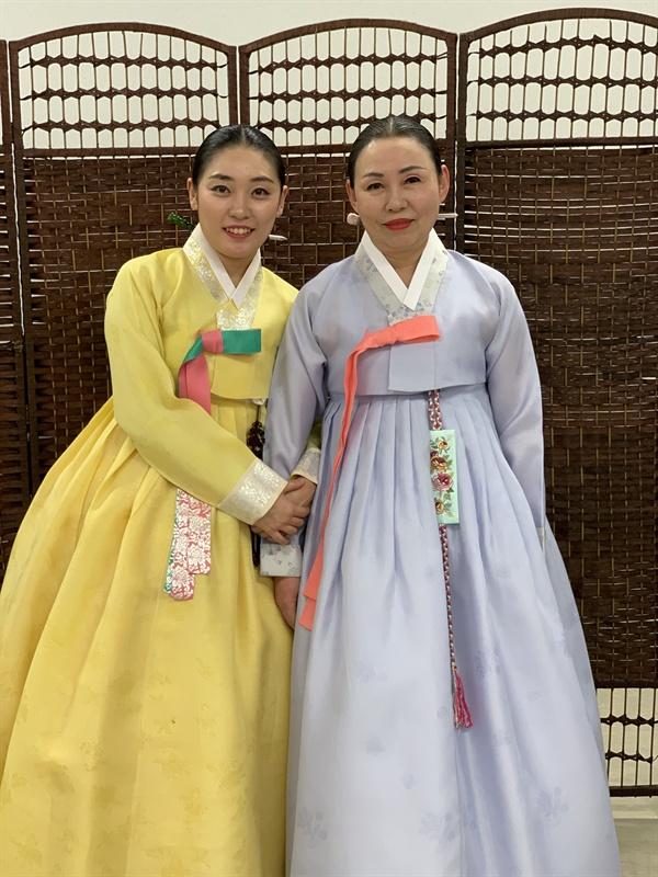 자신의 뒤를 잇고 있는 딸 박은혜 양과 함께한 한명순 명창