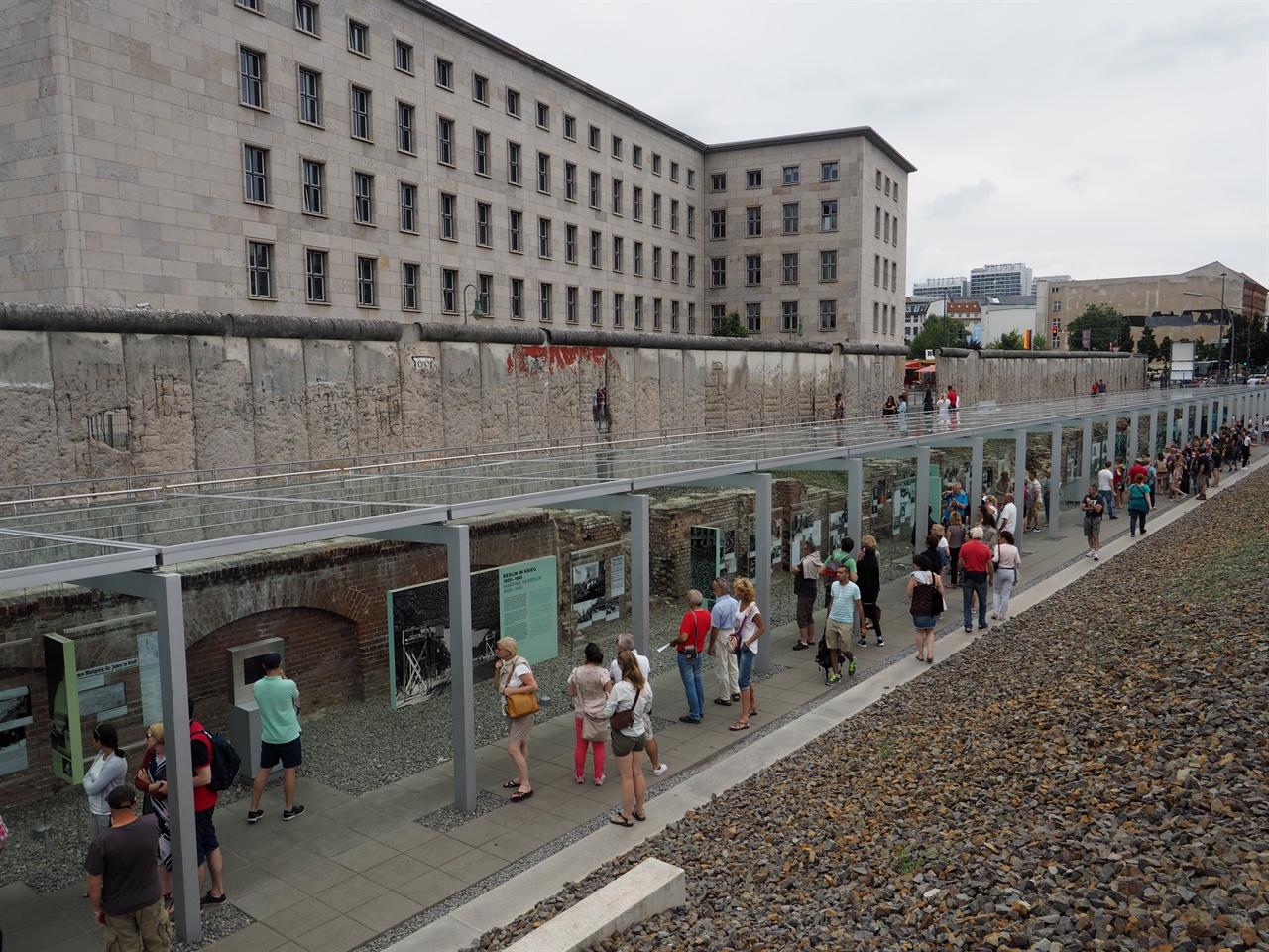 '공포의 지형도' 주 전시장 전경. 지표면으로 베를린 장벽 유적이 보인다.