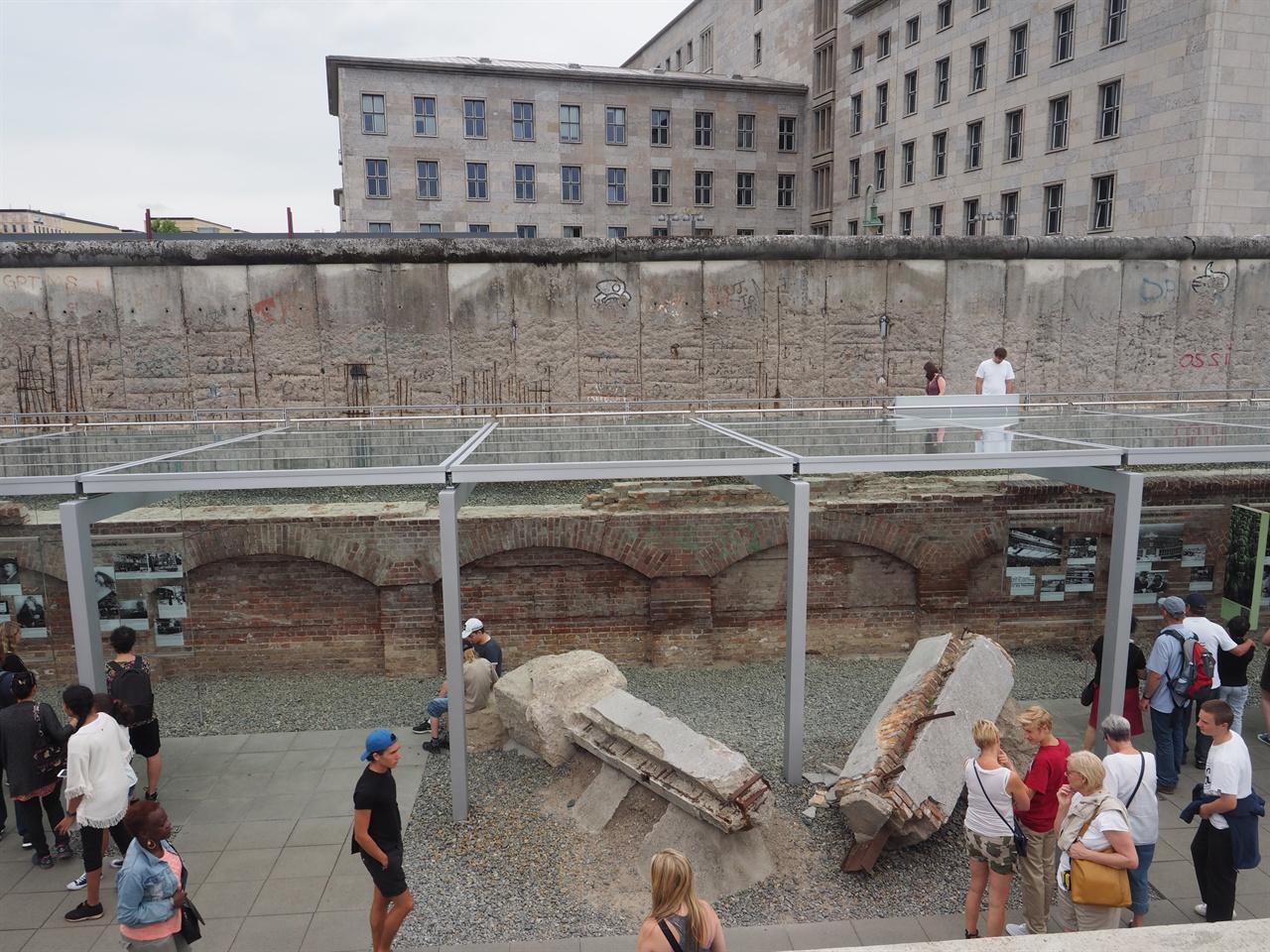 폐허가 된 건물의 기둥 잔해까지도 그대로 보존해 전시하고 있다.