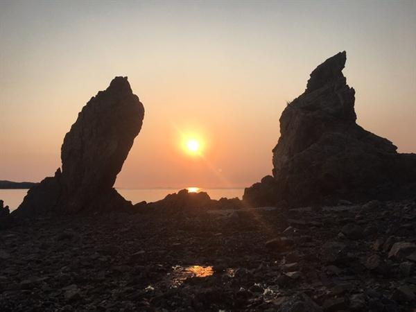 할매 바위와 할아배 바위 그 가운데로 보이는 해넘이는 서해안 최고의 절경으로 유명하다고 한다.