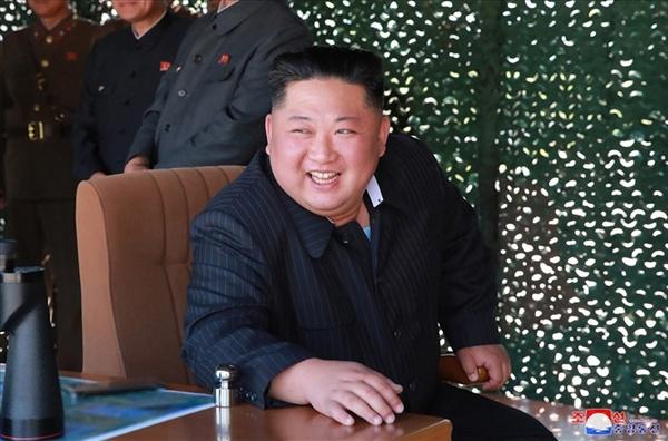 북한, 서부전선방어부대 화력타격훈련... 김정은 지도 북한이 지난 9일 김정은 국무위원장의 지도 아래 조선인민군 전연(전방) 및 서부전선방어부대들의 화력타격훈련을 했다고 조선중앙통신이 보도했다. 중앙통신이 공개한 사진에서 김 위원장이 훈련을 참관하고 있다.