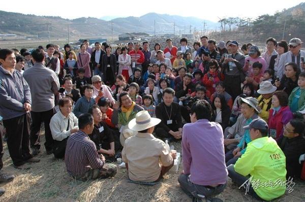 퇴임 직후인 2008년 4월 봉하마을을 방문한 울산 노사모 회원들과 둘러앉아 이야기를 나누는 노무현 대통령.