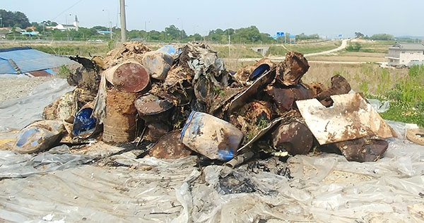 옛 한과공장 부지에 폐기름과 폐식용유 등 폐기물이 쌓여있다.