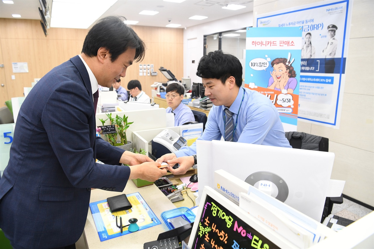 지역화폐 구매를 하고 있는 김상호 하남시장