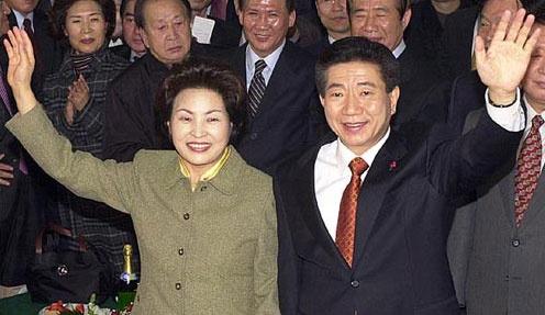 2002년 12월 19일 16대 대선 '당선자 확실' 보도 이후 지지자들의 환호 속에 민주당사에 들어서는 당시 노무현 대통령 당선자와 부인 권양숙 여사.