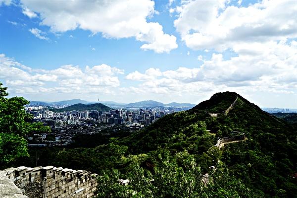 북악산과 서울시내 풍경