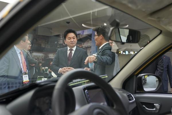 지난 8일 개막한 제주 국제전기자동차엑스포 행사 당시 원희룡 제주지사가 관계자로부터 전기자동차에 대한 설명을 듣고 있다.