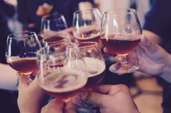 실제로 결혼한 내가 술자리에 남아 있으면 '오늘 술 먹는 거 허락 받았어?'라든가, '남편은 괜찮대?'라고 묻는 이들이 종종 있다.