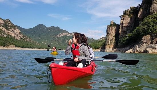 청풍호에서 카약·카누를 타면 옥순봉과 옥순대교 등 절경을 감상할 수 있다.