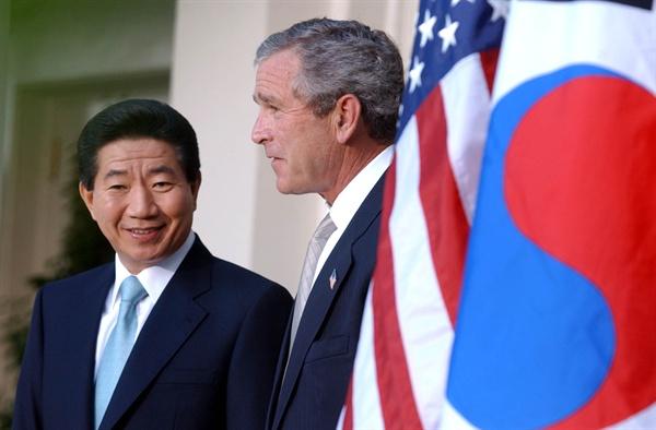 2003년 5월 14일 오후(현지시각) 백악관 로즈가든에서 열린 한미 정상 기자회견에서 노무현 대통령과 부시 미 대통령이 회견 도중 밝은 표정을 짓고 있는 모습.