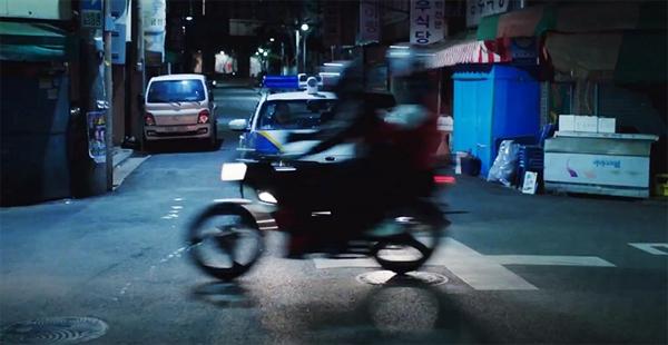 신호대기 중이던 오토바이 앞으로 경찰차가 멈춰 섰다. 조수석에서 내린 경찰이 오토바이 쪽으로 다가왔다. 공교롭게도 그 때 신호등이 청색으로 바뀌었다. 혁태와 수현이가 탄 오토바이는 경찰차를 지나 유유히 떠나갔다.