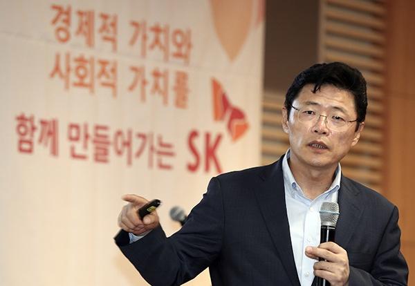 이형희 SK 수펙스추구협의회 SV위원장이 21일 서울 종로구 SK서린빌딩에서 열린 'SK 사회적 가치 측정 설명회'에서 사회적 가치 측정 취지와 방식, 측정 결과와 향후 계획 등에 대해 설명하고 있다.