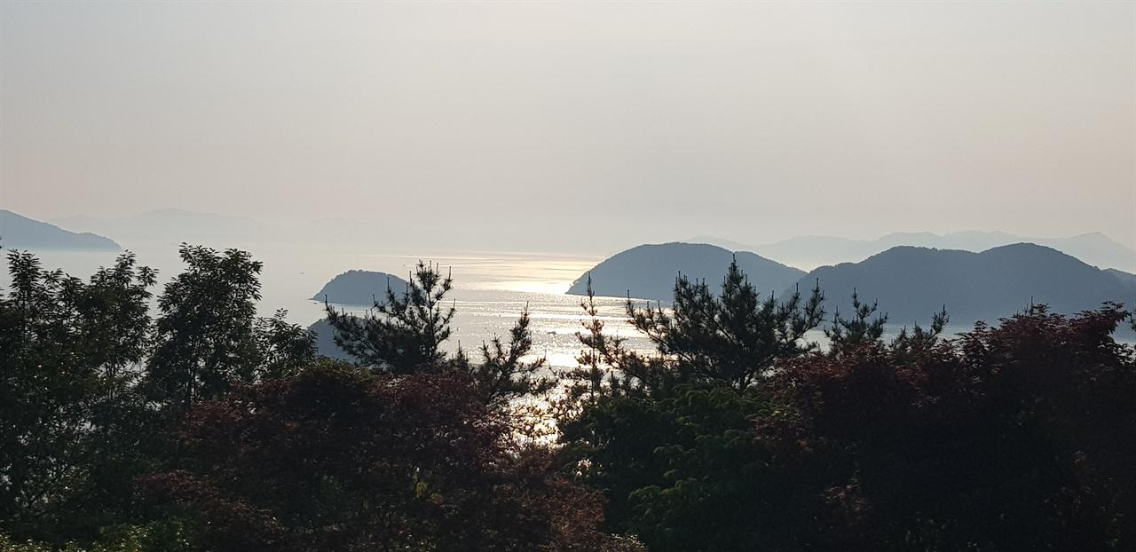 은빛가루를 뿌려놓은 뜻 반짝이는 통영 앞바다. 달아공원 전망대에서 찍은 사진.
