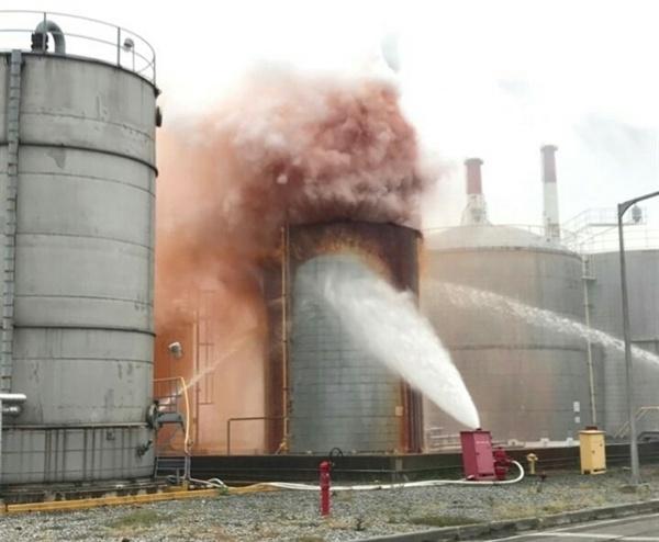 서산소방서에 따르면 이날 사고는 SM공정 옥외 저장탱크에 액체상태로 보관되어 있는 잔여물이 과열되면서, 탱크 상층부 안전밸브가 열리고 유증기와 (화학) 물질이 분출된 것이라고 밝혔다. 탱크를 식히기 위해 물을 뿌리고 있는 모습이다.
